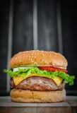 鲜美烤牛肉汉堡 免版税库存图片