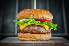 鲜美烤牛肉汉堡 免版税图库摄影