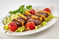 鲜美烤用卤汁泡的牛肉烤肉串 免版税库存照片