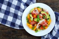 鲜美熏火腿,蕃茄,鲕梨,播种沙拉 免版税库存照片