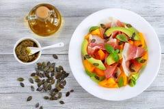 鲜美熏火腿,蕃茄,鲕梨,播种沙拉 免版税库存图片