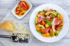 鲜美熏火腿,蕃茄,鲕梨,播种沙拉 图库摄影