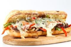 鲜美牛排三明治用葱、蘑菇和熔化普罗卧干酪乳酪 库存图片