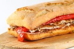 鲜美猪肉烤了在ciabatta的serranito三明治 库存照片