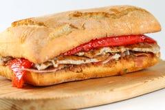 鲜美猪肉烤了在ciabatta的serranito三明治 库存图片