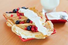 鲜美甜薄煎饼用蔓越桔 免版税库存照片