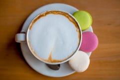 鲜美甜macarons和咖啡杯 在木背景的蛋白杏仁饼干 r 库存照片