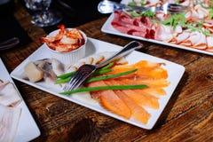 鲜美的开胃菜 红色鱼三文鱼内圆角板材  免版税库存照片