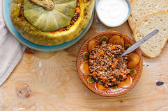 鲜美秋天充塞了与buckweat和蘑菇的南瓜 库存照片