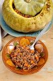 鲜美秋天充塞了与buckweat和蘑菇的南瓜 免版税库存照片