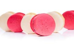 鲜美红色和白色蛋白杏仁饼干关闭 图库摄影