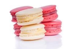 鲜美红色和白色蛋白杏仁饼干关闭 库存照片