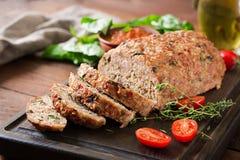 鲜美自创地面烘烤了在木桌上的火鸡肉饼 免版税库存照片