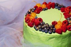 鲜美莓果蛋糕的图片在白色背景的 免版税库存照片