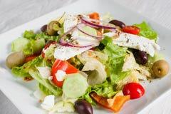 鲜美菜沙拉用希脂乳和橄榄 免版税库存照片