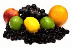 鲜美葡萄和桃子 油桃蓝莓柠檬和石灰 库存图片