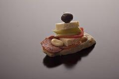 鲜美蒜味咸腊肠和希脂乳启动程序 库存照片