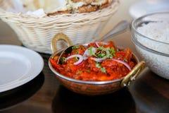 鲜美蒸的米用西红柿酱在咖啡馆, Timaru,新西兰服务 图库摄影
