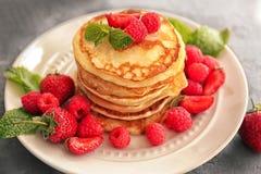 鲜美薄煎饼用莓果 免版税库存图片