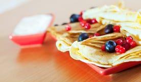 鲜美薄煎饼用蔓越桔和蓝莓 库存照片