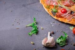 鲜美薄饼片断与菜、肉和调味汁的在深灰石背景 题字的一个地方 库存照片