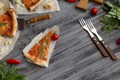 鲜美薄饼用在木桌上的樱桃 免版税库存照片