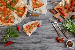 鲜美薄饼用在木桌上的樱桃 图库摄影
