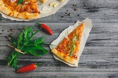 鲜美薄饼用在木桌上的胡椒 免版税库存图片