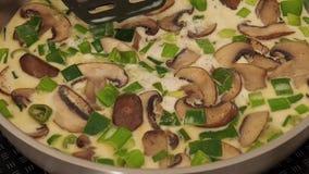 鲜美蘑菇用春天葱 股票视频