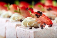 鲜美蛋白牛奶酥装饰用巧克力和草莓 图库摄影