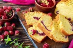 鲜美被切的柠檬蛋糕特写镜头  免版税库存图片