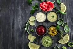鲜美调味汁用用卤汁泡的姜和草本在木桌上 免版税库存照片
