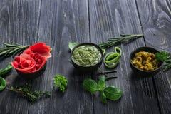 鲜美调味汁用用卤汁泡的姜和草本在木桌上 库存照片