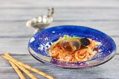 鲜美面团用淡菜和蓬蒿 免版税库存照片