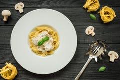 鲜美面团用蘑菇、新鲜的蓬蒿和奶油沙司 图库摄影