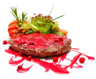 鲜美食品-在红色调味汁的牛排 库存图片