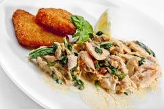 鲜美食物。油煎的鱼用柠檬。优质图象 免版税库存照片