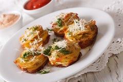 鲜美食物:与乳酪和调味汁特写镜头的切的被烘烤的土豆 库存照片