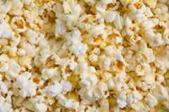 鲜美黄油玉米花背景  空白黄色 免版税库存图片