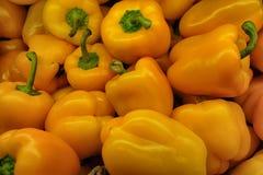 鲜美黄色甜椒在商店 库存图片