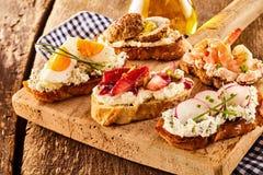 鲜美bruschetta开胃菜的分类 免版税库存照片