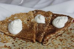 鲜美hamemade俄国薄煎饼是立即可食的 免版税库存图片