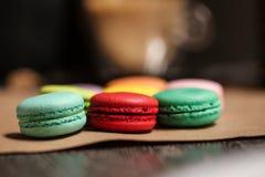 鲜美macarons蛋糕 食物概念在面包店 特写镜头照片 大下落绿色叶子宏观摄影水 免版税库存照片