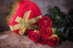 鲜花和箱子有礼物的 免版税库存照片