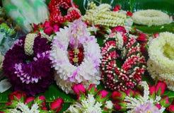 鲜花在宴会投入的方向盘 库存照片