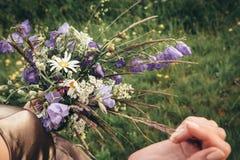 鲜花花束在山在手上收集了 库存图片