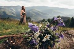 鲜花花束在山收集了 女孩海岛王国酸值krabi发埃省泰国 图库摄影