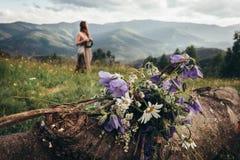 鲜花花束在山收集了 女孩海岛王国酸值krabi发埃省泰国 库存照片