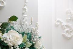鲜花,在白色背景的圣诞节花束在冬天样式的 免版税库存照片