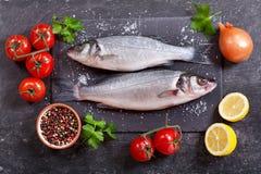 鲜鱼与成份的鲈鱼烹调的 库存图片